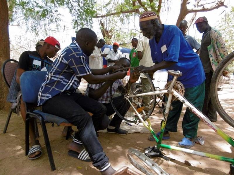 V Africe si musí umět kola opravit